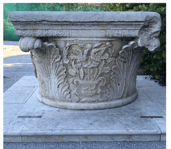 Impressive wellhead, hand sculpted in Istrian marble with Acanthus relief décor, birds, and crest dated 1521