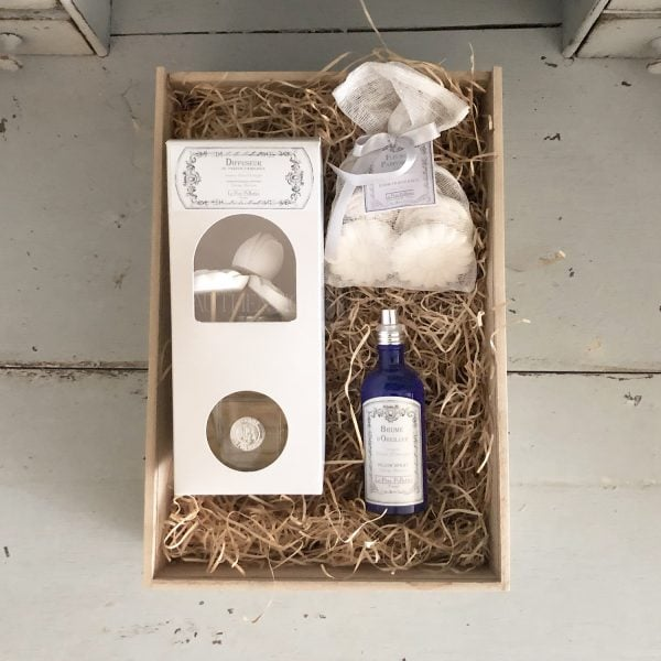Orange blossom scent gift box featuring aLarge 250mL Room Diffuser, 100mL Pillow Spray, and 6 ScentedFrench Plaster Flowers.
