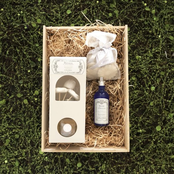 Orange blossom fragrance gift box featuring aLarge 250mL Room Diffuser, 100mL Pillow Spray, and 6 ScentedFrench Plaster Flowers.